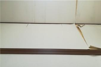 雨漏りにより剥がれた天窓廻りの壁紙