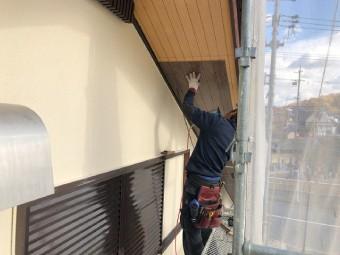 軒天の寸法に合わせる加工した軒天材を張り付け
