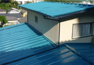 これまでの屋根に新しい屋根を被せます