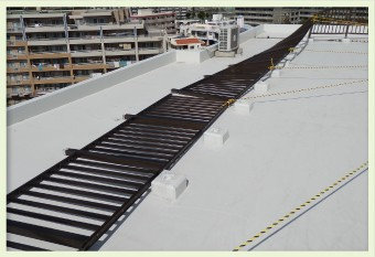 手摺の崩壊などで防水層の傷ついた陸屋根