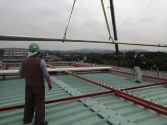 固定が終わったら屋根材を設置