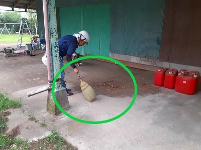 鉄錆の掃き掃除ケレン作業