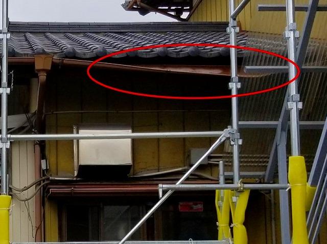 屋根の雨樋が垂れ下がっている様子  雨樋補修工事