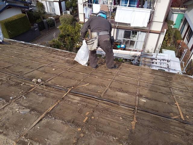古い屋根下地を掃除
