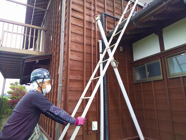 蔵屋根に梯子を掛けている様子 蔵屋根修繕工事