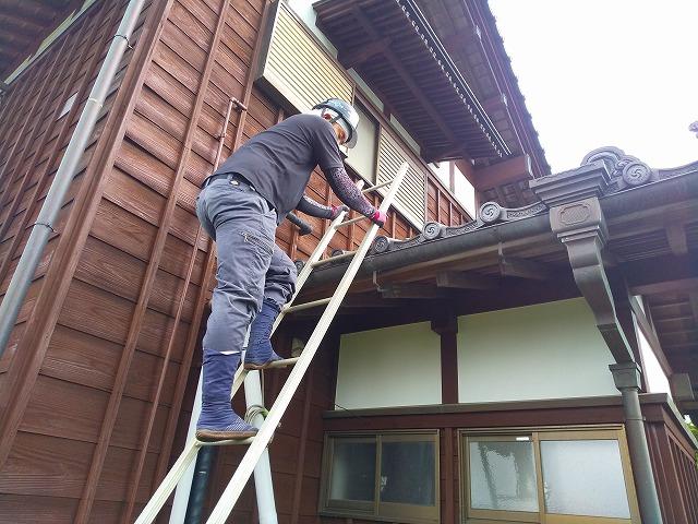 蔵屋根に梯子を掛け上っている様子 蔵屋根修繕工事