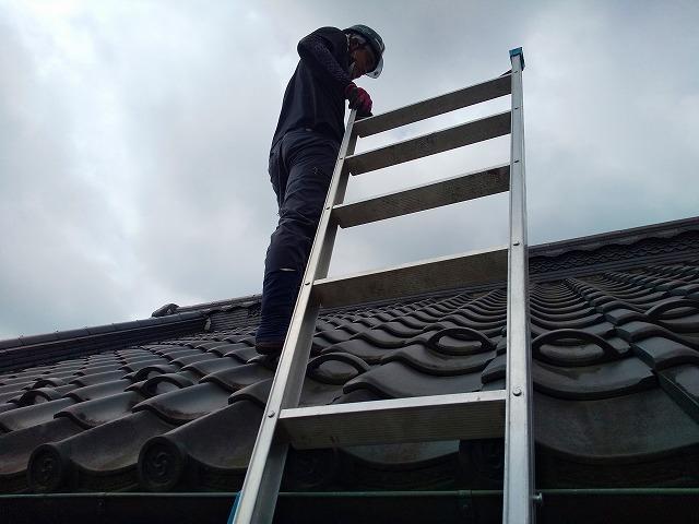 梯子を上った様子 蔵屋根修繕工事