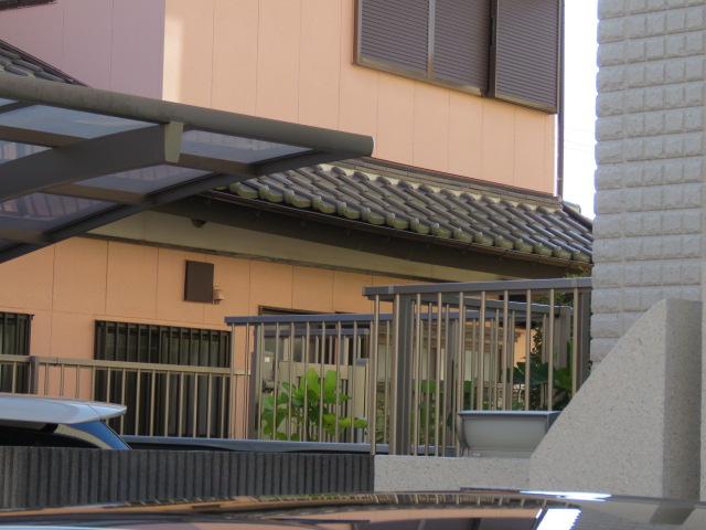 下方に下がった屋根の様子