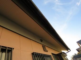 下屋根が下方に下がった屋根の様子