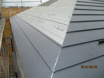 カバー工法に依る屋根葺き替え工事現場で
