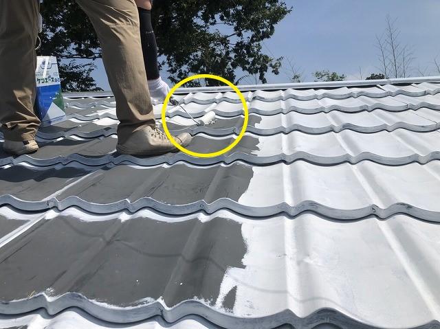 ローラーを使った屋根板金下塗り塗装
