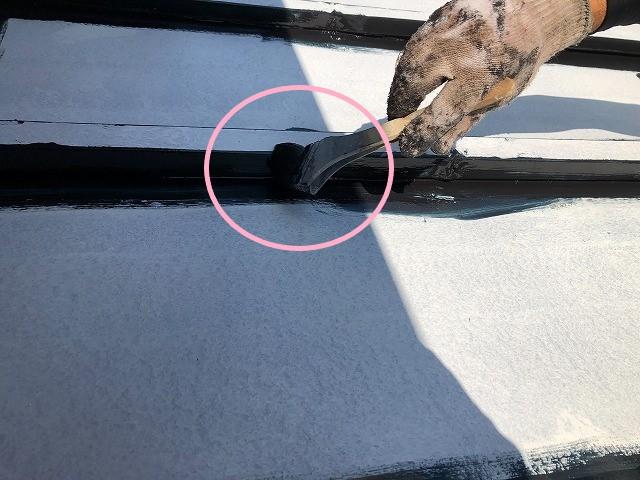 瓦棒屋根板金の中塗り塗装の様子