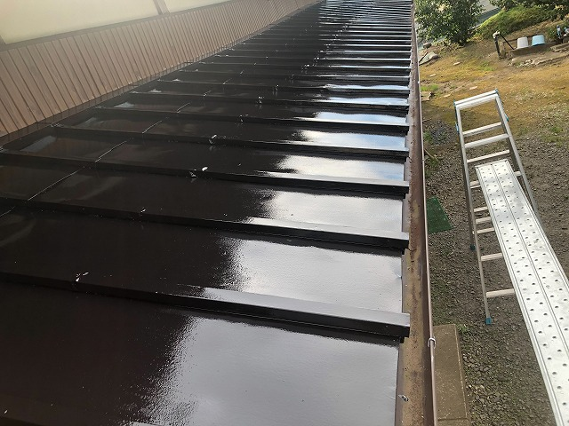 上塗り塗装した瓦棒屋根板金の仕上がり