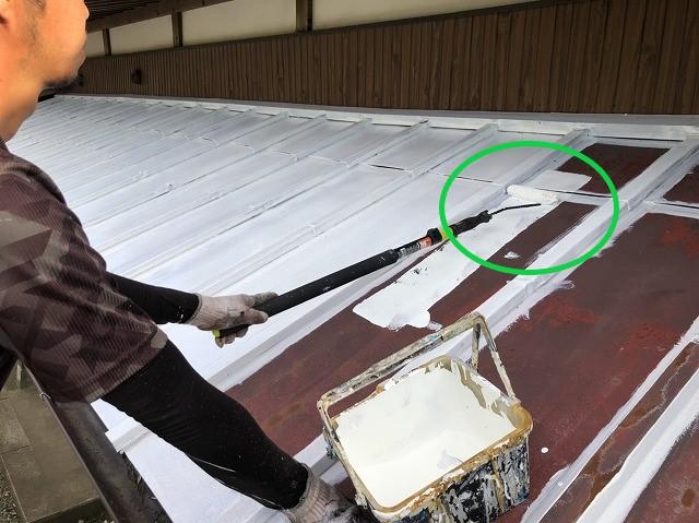 ローラーを使った瓦棒板金の下塗り