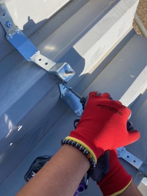 神栖市のI様宅の倉庫のカバー工法による屋根葺き替え工事です。
