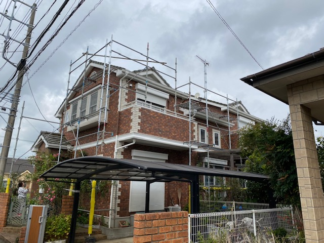 牛久市のH様宅で台風被害を受けた屋根瓦工事用の足場工事です。