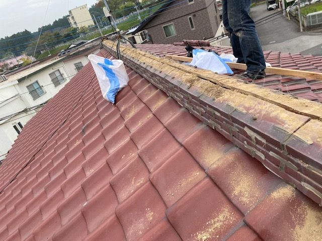 つくば市のN様宅の本日の雨漏り工事は、棟の葺き替え工事です。