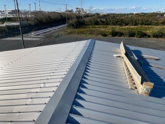神栖市のカバー工法の屋根葺き替え工事現場の本日の工事状況です