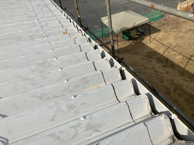 神栖市のI様の倉庫の屋根葺き替え工事が本格的に始まりました。