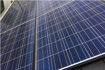 太陽光パネルの設置された屋根