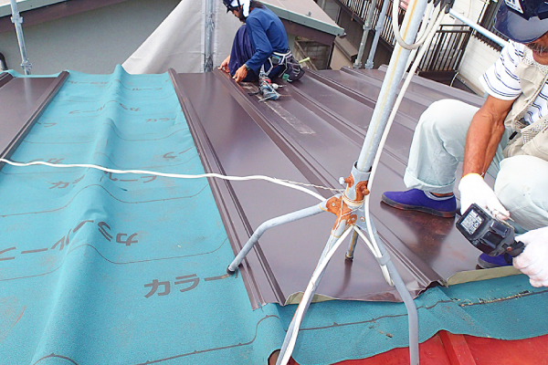 屋根カバー工法の様子