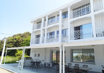 白い外壁が美しい海辺の別荘